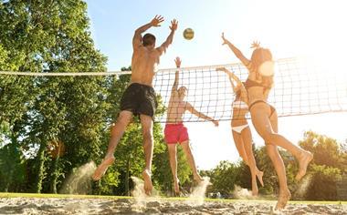 Beach-Volleyball spielen