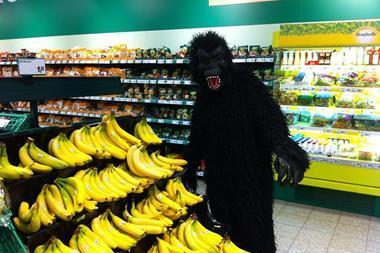 Freizeitaktivitäten | Im Affenkostüm Bananen kaufen