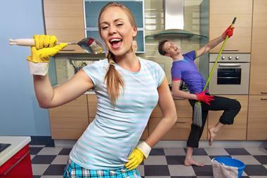 Freizeitaktivitäten für Paare   Lustiger Putztag