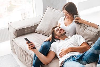 Freizeitaktivitäten für Paare   Auf dem Sofa bequem machen