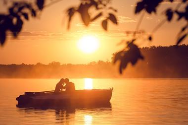Freizeitaktivitäten für Paare   Romantische Bootsfahrt